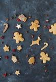Pepparkakakakor på en grå bakgrund bilder för julkakafind ser mer min portfölj samma serie till Arkivbild