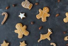 Pepparkakakakor på en grå bakgrund bilder för julkakafind ser mer min portfölj samma serie till Arkivbilder