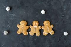 Pepparkakakakor på en grå bakgrund bilder för julkakafind ser mer min portfölj samma serie till Fotografering för Bildbyråer