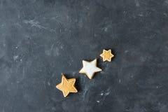 Pepparkakakakor på en grå bakgrund bilder för julkakafind ser mer min portfölj samma serie till Arkivfoto