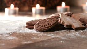 Pepparkakakakor på en trätabell Spridd mjöl och candl royaltyfri fotografi