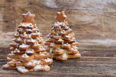 Pepparkakakakor som staplas som julträd Fotografering för Bildbyråer