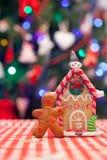 Pepparkakaman framme av hans ljust rödbrun hus för godis Royaltyfria Bilder