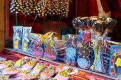Pepparkakasouvenir på den europeiska julmarknaden Arkivbilder