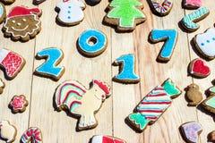 Pepparkakor dekoreras för det nya året, och jul kan användas som kort Royaltyfria Foton