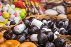 Pepparkakor i glasyr och choklad Arkivfoton