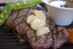 Pepparnötköttbiff som tjänas som med grönsaken Royaltyfri Fotografi