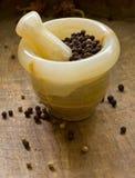 Peppercorns, almofariz e pilão pretos Imagem de Stock Royalty Free