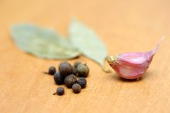Peppercorns, bay leaves and garlic Royalty Free Stock Images