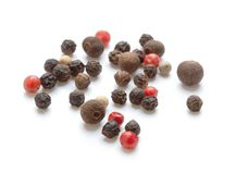 Peppercorns no branco imagens de stock