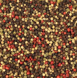 Peppercorns vermelhos, preto e branco Fotos de Stock