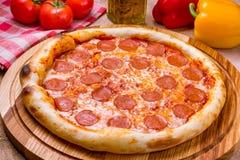 Pepperoni πίτσα στο πιάτο Στοκ Εικόνες