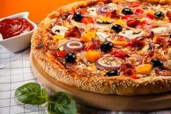 Pepperoni πιτσών με τις μαύρες ελιές Στοκ Εικόνα