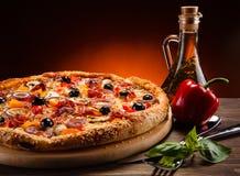 Pepperoni πιτσών με τις μαύρες ελιές Στοκ Φωτογραφία