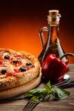 Pepperoni πιτσών με τις μαύρες ελιές Στοκ εικόνες με δικαίωμα ελεύθερης χρήσης
