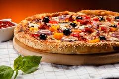 Pepperoni πιτσών με τις μαύρες ελιές Στοκ Εικόνες