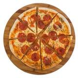 Pepperoni cortados da pizza na placa de madeira Foto de Stock Royalty Free