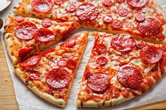 Pepperoni de pizza avec du fromage et l'origan image stock