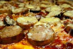 Pepperoni et saucisse de fin d'écrimage de pizza Photographie stock