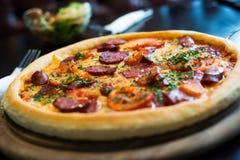 Pepperoni pizza na drewnianym talerzu Obrazy Royalty Free