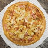Pepperoni pizza na stole Zdjęcie Stock