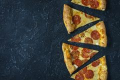 Pepperoni pizza na wieśniaku, rocznika styl Odgórny widok z kopii przestrzenią na zmroku kamienia stole obrazy royalty free