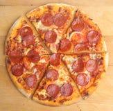 Pepperoni-Pizza-Scheiben Stockbild