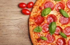 Pepperoni pizza z basilem i pomidorami zdjęcia royalty free