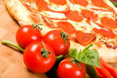 Pepperoni- und Pfefferpizza lizenzfreie stockfotografie
