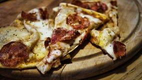 Pepperonipizza, hölzerner Stand, Stücke, Essen im Freien, Straßennahrung stockfotos