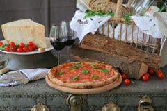 Pepperonipizza mit Rotwein stockfoto