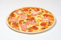 Pepperonipizza mit Wurst, Pilzen und Mozzarella auf einem weißen Hintergrund Stockbilder