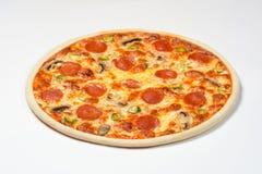 Pepperonipizza mit Wurst, Pilzen und Mozzarella auf einem weißen Hintergrund Lizenzfreie Stockbilder