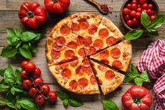 Pepperonipizza, -tomaten und -basilikum stockfoto