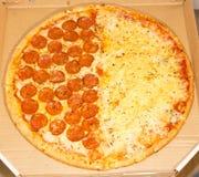 Pepperonipizza und vier Käse - Zusammenstellung stockfotografie