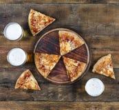 Pepperonis, Pizza, Italiener, Bier, Lebensmittel, geschmackvoll, Mahlzeit, Glas, delic stockfotografie