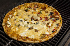 Pepperonis, zwarte olijven en worstpizza Royalty-vrije Stock Afbeelding