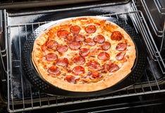 Pepperonispizza in de oven stock fotografie