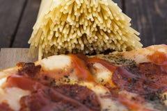 Pepperonispizza en spaghetti Stock Foto