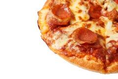 Pepperonispizza op witte achtergrond wordt geïsoleerd die Stock Afbeelding