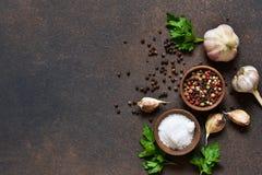 Peppersalt noir, rouge et blanc, sel, ail dans une cuvette en bois ?pices classiques pour la cuisson Vue de ci-avant images libres de droits