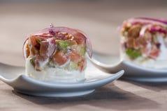 Peppra sallad med tomat- och lökavokadoättiksås Arkivbilder