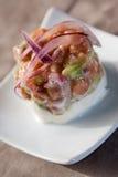 Peppra sallad med tomat- och lökavokadoättiksås Fotografering för Bildbyråer