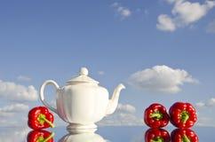 pepprar röd teapotwhite arkivbild