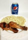 Pepsi et les pâtes et chiken et bonne nourriture Photo libre de droits