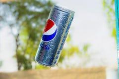 Pepsi kan vliegend in de lucht met vage achtergrond stock fotografie