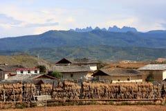 Pequeña aldea bajo la montaña fotografía de archivo