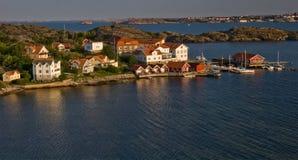 Pequeña aldea en la costa en Suecia Imagenes de archivo