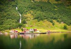 Pequeña aldea en Naeroyfjord, Noruega Fotos de archivo