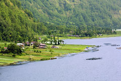 Pequeña aldea por el lago en bali Imagenes de archivo